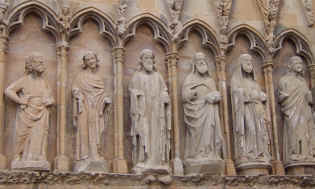 Saints on palace facade at Olite